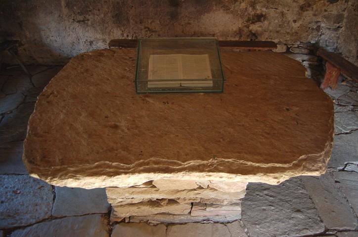 A barba iskola kőasztala, a Bibliával