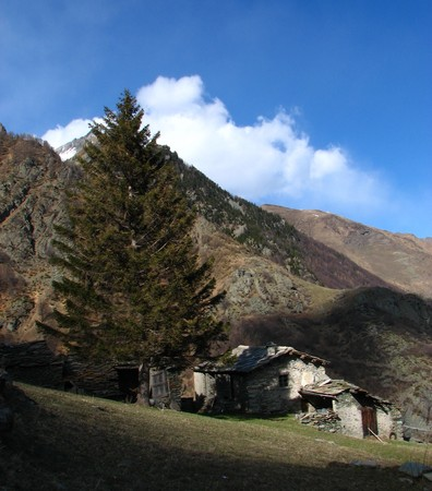 Ház melléképülettel a Pellice-völgyben