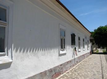 A templommal szembeni épület