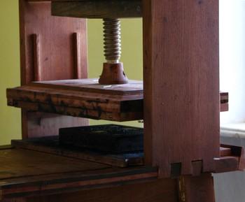 A korabeli nyomógép mai másolata